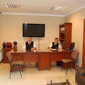 Sacrum biuro zakładu pogrzebowego, biurka
