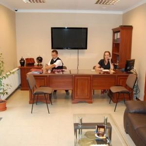 Sacrum biuro zakładu pogrzebowego, osoby pracujące