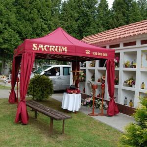 Sacrum bordowy namiot pogrzebowy, ściana z urnami