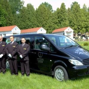 Sacrum karawan pogrzebowy, pracownicy zakładu pogrzebowego