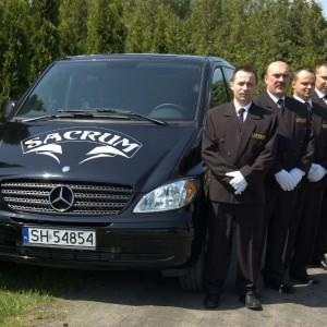 Sacrum karawan pogrzebowy, pracownicy zakładu