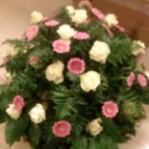 wiązanka pogrzebowa, różowe margaretki, białe róże