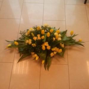 wiązanka pogrzebowa, żółte róże, tulipany