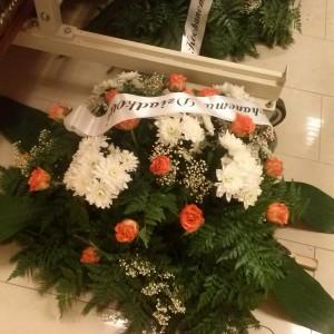 wiązanka pogrzebowa, białe margaretki, pomarańczowe róże