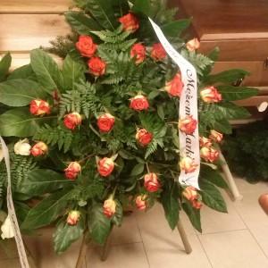 wiązanka pogrzebowa, ozdoby zielone, róże czerwono-żółte