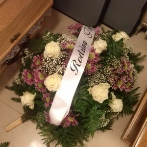 wiązanka pogrzebowa, białe róże, bordowe kwiatki