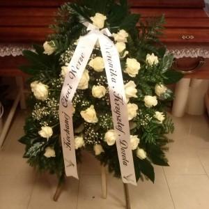 wiązanka pogrzebowa przy trumnie, białe róże