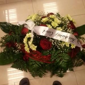 wiązanka pogrzebowa, czerwone róże, jasne margaretki