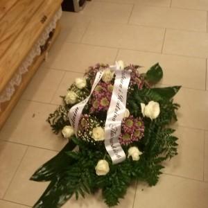 wiązanka pogrzebowa, białe róże, trumna