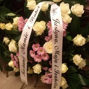 wiązanka pogrzebowa, białe róże, różowe margaretki