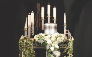 Urna, kwiaty, świeczki